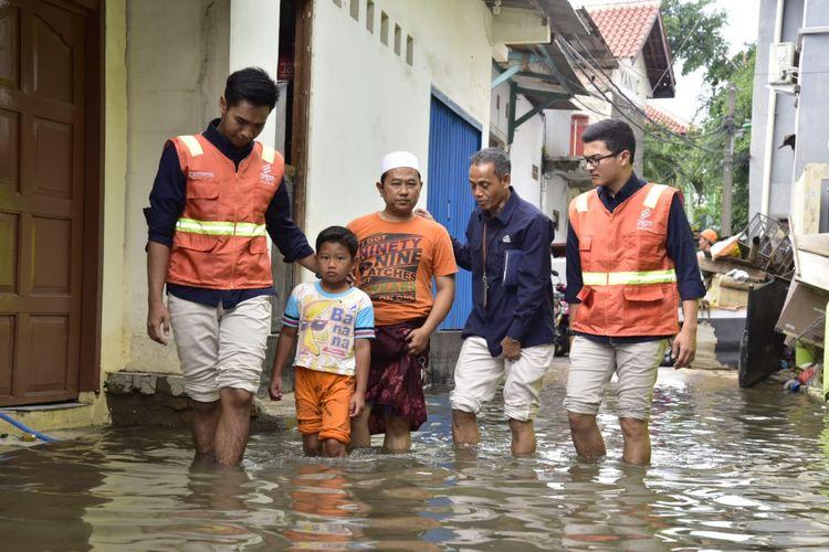 PGN memberi bantuan kepada warga Kelurahan Sukapura Kecamatan Cilincing Jakarta Utara yang menjadi korban banjir, di Masjid Jami? Baiturrahim, Kamis (02/01/2020).