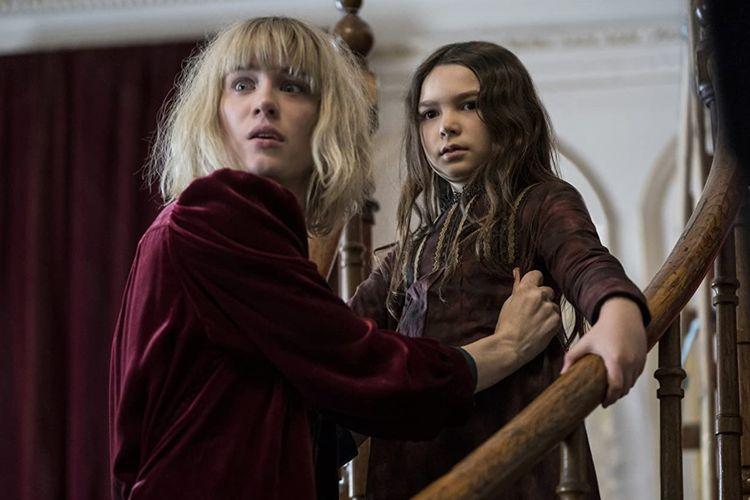 Mackenzie Davis dan Brooklynn Prince dalam film horor The Turning (2020).