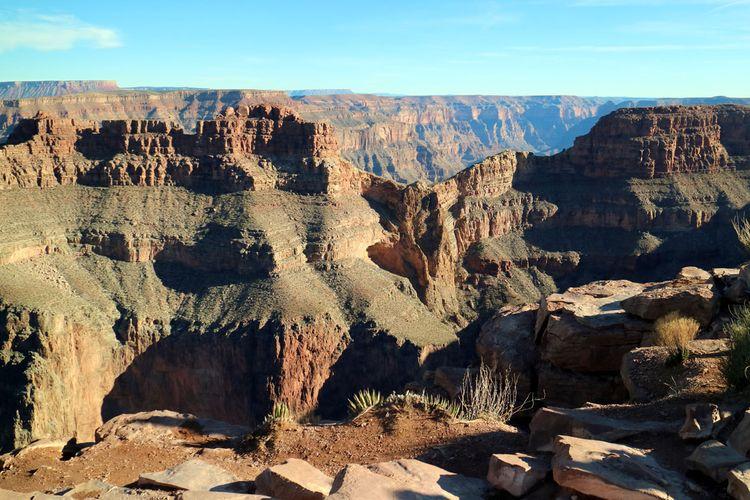 Eagle Point di Grand Canyon. Diberi nama demikian karena bentuk batu di tengah, saat disinari matahari dengan sudut tertentu akan berbentuk seperti burung elang yang mengepakkan sayapnya.