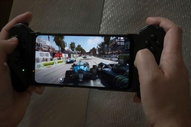 Bermain gim GRID Autosport dengan Asus ROG Phone 5.
