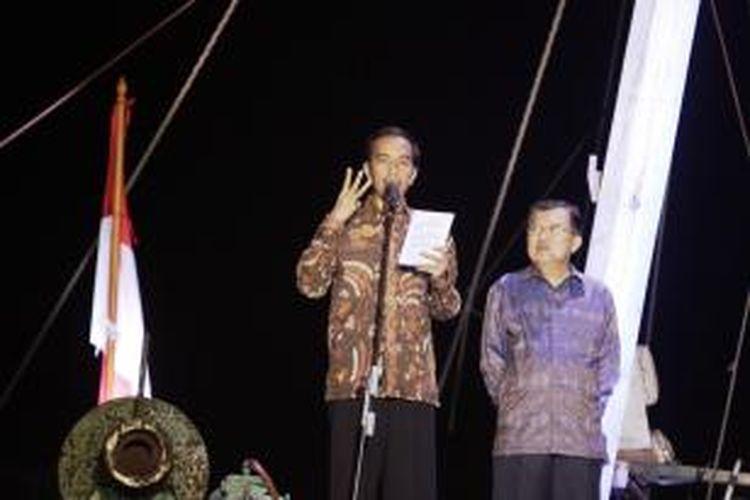 Pasangan Presiden dan Wakil Presiden terpilih, Joko Widodo-Jusuf Kalla memberikan pidato kemenangan, di atas sebuah kapal pinisi di Pelabuhan Sunda Kelapa, Jakarta Utara, Selasa (22/7/2014).