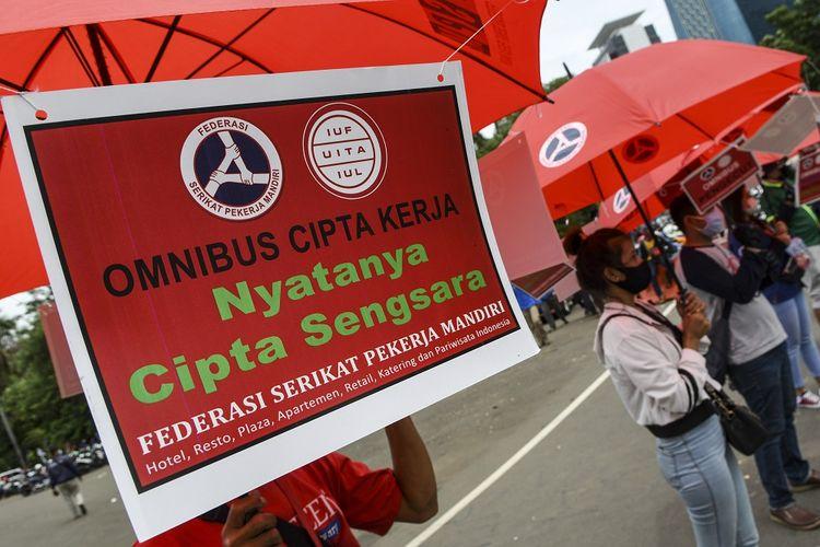 Sejumlah buruh yang tergabung dalam Federasi Serikat Pekerja Mandiri (FSPM) berunjuk rasa di kawasan Monumen Nasional (Monas) Jakarta, Senin (2/11/2020). Mereka menolak Omnibus Law Undang-Undang Cipta Kerja dan menuntut pemerintah mencabut undang-undang tersebut. ANTARA FOTO/M Risyal Hidayat/wsj.