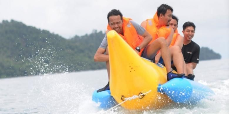 Bermain banana boat di Pulau Petong