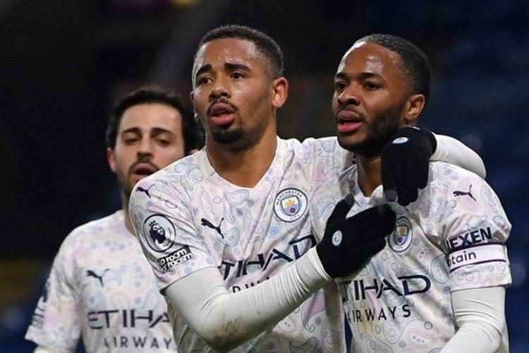 Pemain Manchester City, Gabriel Jesus dan Raheem Sterling, merayakan gol ke gawang Burnley pada laga lanjutan Liga Inggris di Turf Moor, Burnley, pada Kamis (4/2/1/2021) dini hari WIB.