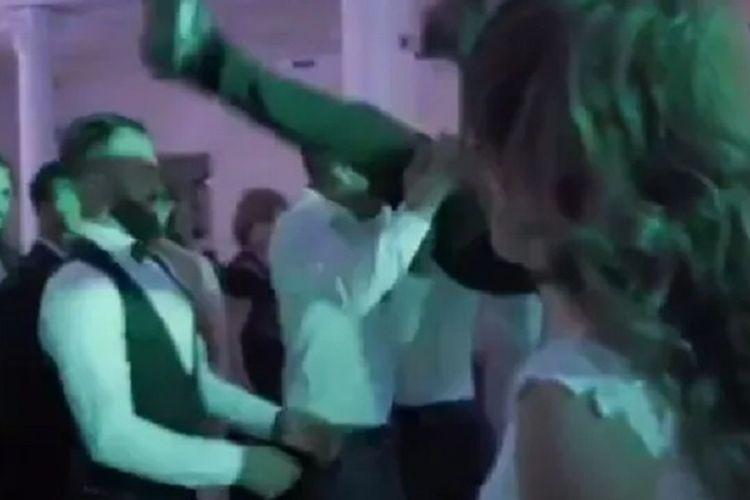 Potongan video yang beredar di Romania memperlihatkan pengantin pria dilempar ke udara oleh para tamu. Tetapi lemparan berbalut kebahagiaan itu menjadi bencana, setelah si pengantin malah terbalik dan menghadapkan wajahnya ke tanah. Si mempelai pria dilaporkan menderita patah tulang.
