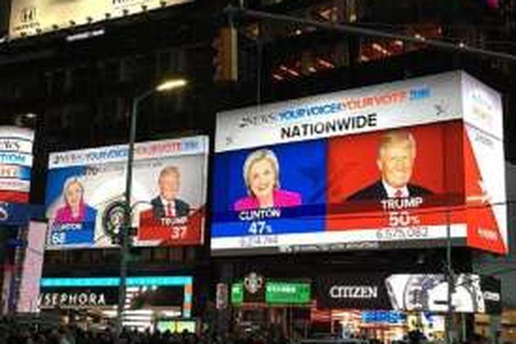 Layar di Times Square, New York menunjukan hasil perhitungan suara pemilihan presiden AS yang sedang berlangsung