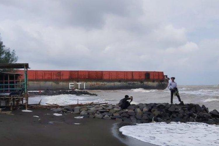 Kapal tongkang pengangkut batu bara terdampar di area Objek Wisata Pantai Pulau Kodok, Kota Tegal, Senin (18/1/2021).
