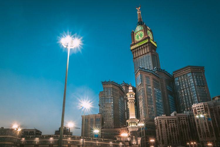 Pemandangan malam hari di Kompleks Abraj Al Bait, Mekkah, Arab Saudi.