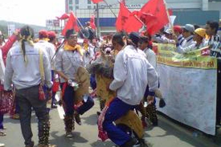 Aksi unjuk rasa ratusan buruh di Magelang Jawa Tengah, Kamis (1/5/2014).