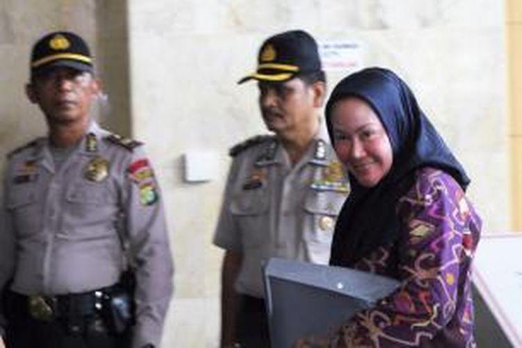 Gubernur Banten, Ratu Atut Chosiyah memenuhi panggilan Komisi Pemberantasan Korupsi di Jakarta, Jumat (11/13). Ia diperiksa sebagai saksi dalam perkara dugaan suap terhadap Ketua Mahkamah Konstitusi (non aktif) Akil Mochtar yang melibatkan adik kandungnya, Tubagus Chaeri Wardhana yang telah ditetapkan KPK sebagai tersangka.