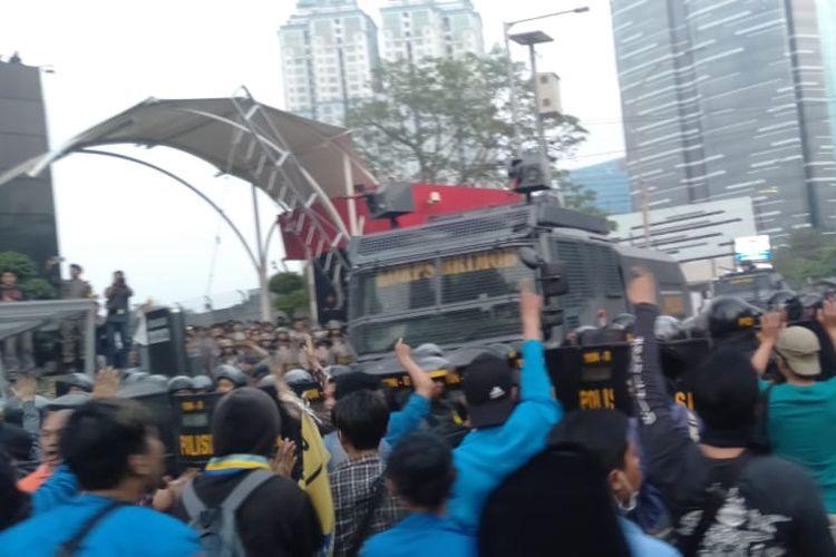 Aksi unjuk rasa di depan gedung Komisi Pemberantasan Korupsi (KPK) berujung ricuh, Jumat (20/9/2019). Massa pendukung revisi UU KPK dan pimpinan KPK yang baru itu bentrok dengan polisi. Sebuah mobil water canon juga dikerahkan untuk memecah massa.