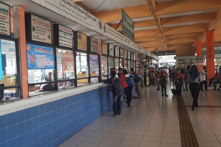 Ilustrasi suasana loket penjualan tiket bus di Terminal Kampung Rambutan.