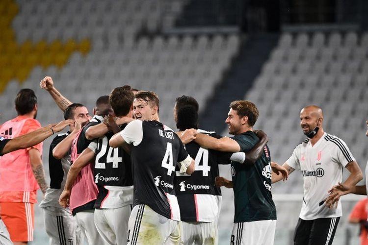 Tim Juventus merayakan gelar Serie A (scudetto) setelah pertandingan sepak bola Serie A Italia antara Juventus dan Sampdoria dimainkan secara tertutup di Stadion Allianz di Turin pada 26 Juli 2020. - Juventus mengklaim gelar Serie A kesembilan berturut-turut di 26 Juli menyusul kemenangan 2-0 atas Sampdoria.