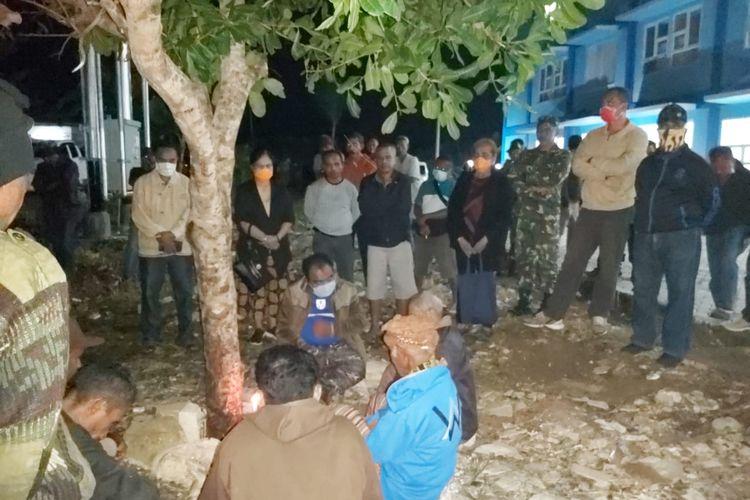 Bupati TTU Raymundus Sau Fernandes (Duduk dan memakai masker) bersama sejumlah tokoh adat menggelar ritual ada di depan rumah susun yang menjadi tempat penampungan ODP Covid-19