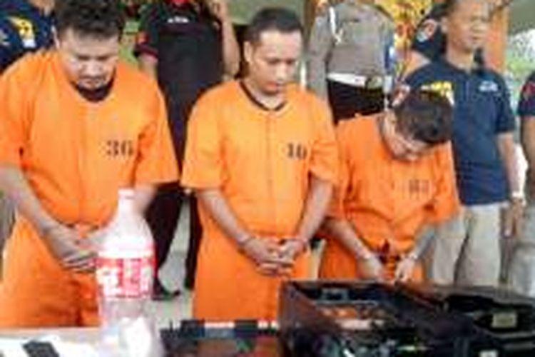Tiga tersangka berbaju tahanan oranye saat gelar konferensi pers, Kamis(5/1/2017)