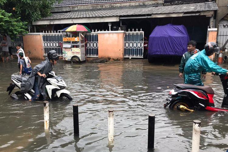 Ilustrasi Motor yang Kebanjiran.