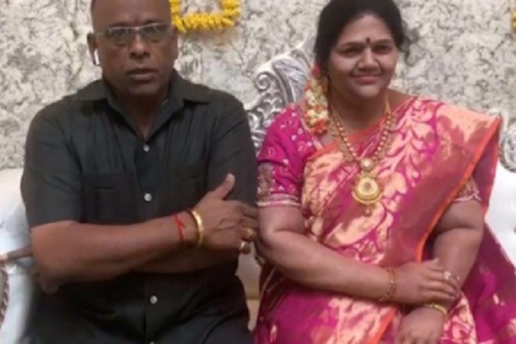 Gupta, seorang pebisnis kaya di India membuat patung lilin yang mirip mendiang istrinya. Dia memperkenalkan pada tamu-tamunya ketika syukuran rumah baru.