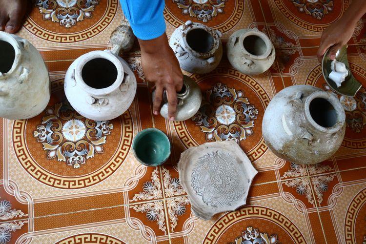 Beberapa gerabah temuan pemuda Desa Rantau Rasau di kawasan perbatasan Taman Nasional Berbak, Provinsi Jambi. Pemuda Desa Rantau Rasau melihatkannya pada Kompas.com pada Selasa (25/8/2020) lalu.