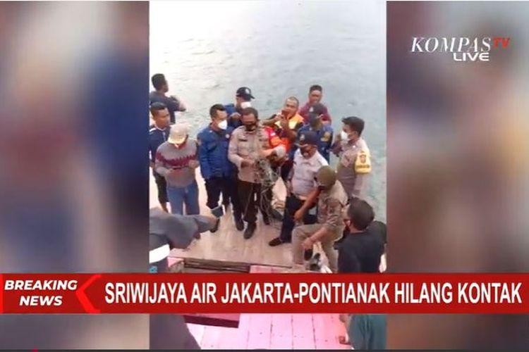 Ditemukan sejumlah benda mengambang di laut di lokasi yang diduga tempat jatuhnya pesawat Sriwijaya Air dengan nomor penerbangan SJ 182 di sekitar Pulau Laki, Kepulauan Seribu, Sabtu (9/1/2021).