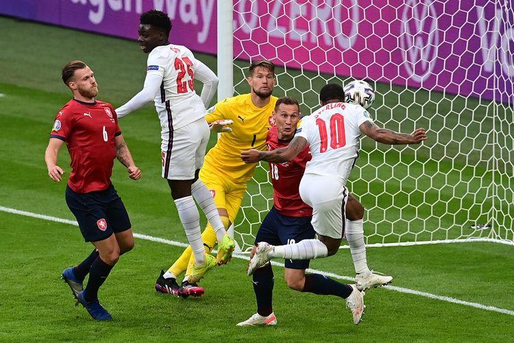 Penyerang Inggris, Raheem Sterling, saat membobol gawang Ceko pada laga pamungkas fase grup di Stadion Wembley, London, Rabu (23/6/2021) dini hari WIB.