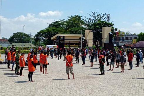 Sederet Sanksi Sosial Pelanggar Bandel PSBB, Ikut Makamkan Jenazah Corona hingga Menyapu Jalan