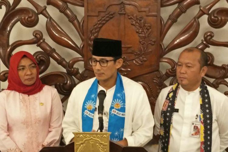 Wakil Gubernur DKI Jakarta Sandiaga Uno (tengah) dan Kepala Dinas Kehutanan DKI Jakarta Djafar Muchlisin (kanan) di Balai Kota di DKI Jakarta, Jumat (15/12/2017) malam.