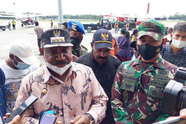 Bupati Puncak Willem Wandik didampingi Dandim Puncak Jaya Letkol Inf. Rofi Irwansyah. (Kompas.com/Irsul Panca Aditra)