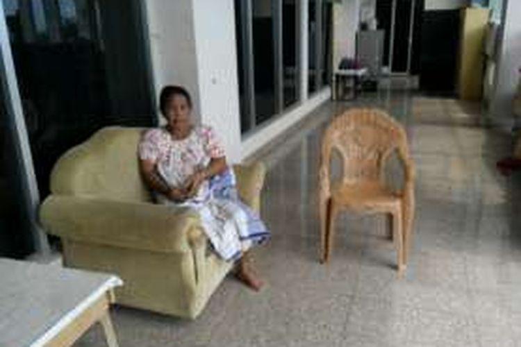 Salah seorang korban reklamasi Pantai Losari,  Daeng Bollo kini terlantar di emperan gedung sebaguna milik Pemprov Sulsel,  Celebes Convention Center (CCC).