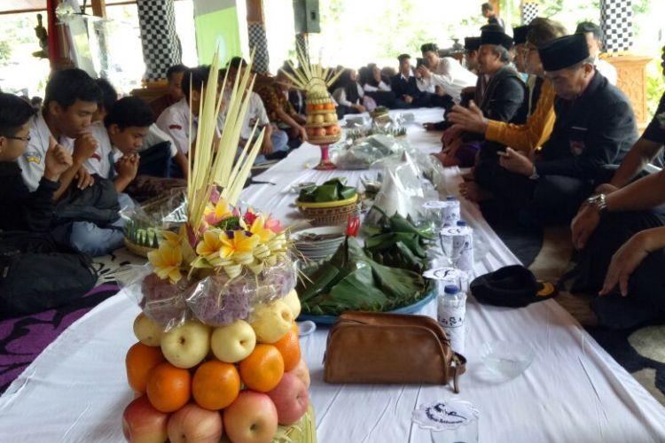 Siswa dan tokoh lintas agama di Purwakarta menggelar acara botram atau makan bersama dalam peringatan Hari Raya Nyepi.