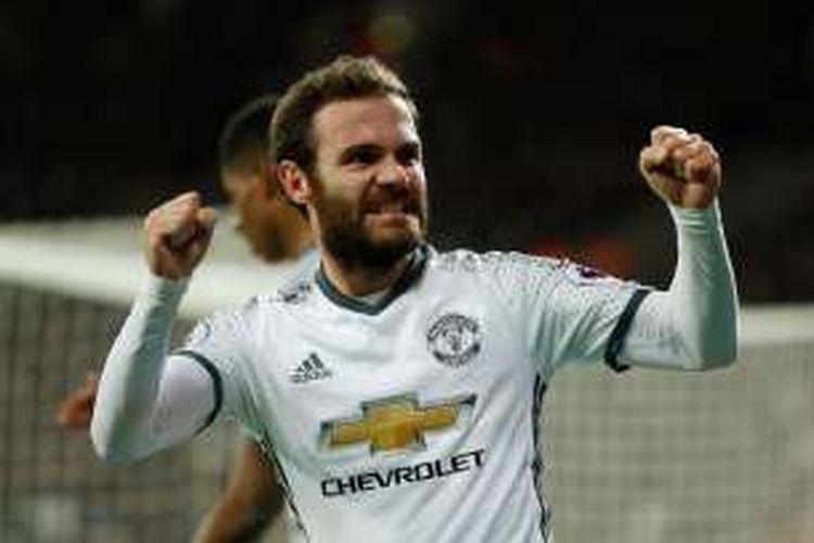 Gelandang Manchester United, Juan Mata, merayakan golnya ke gawang West Ham United, dalam laga Premier League di Stadion London, Senin (2/1/2017) waktu setempat.