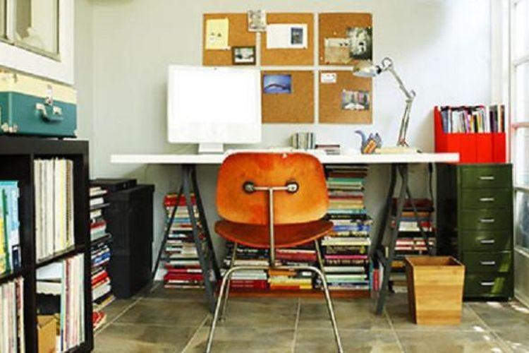 Manfaatkan ruang dan barang yang ada sebelum membeli barang dan keperluan tambahan untuk ruang kerja di rumah.