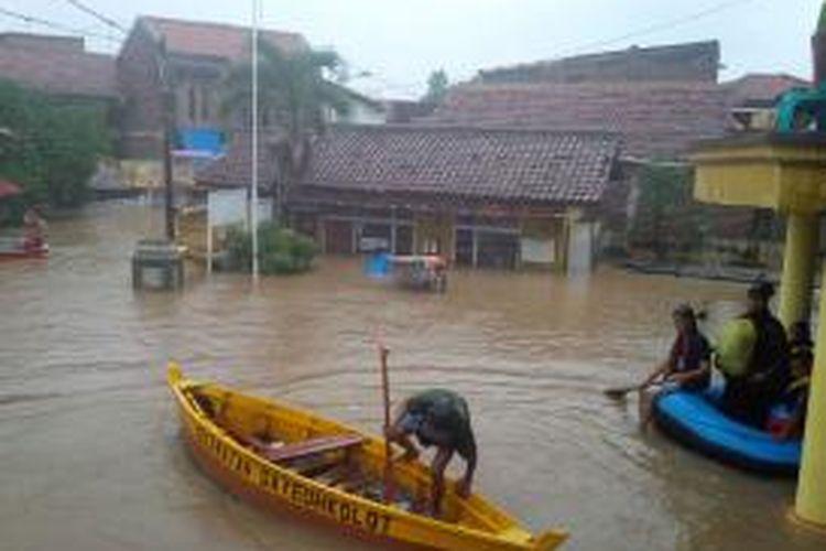 Banjir di Kabupaten Bandung semakin meluas dan jumlah pengungsi pun terus bertambah. Gambar diambil pada Selasa (23/12/2014).