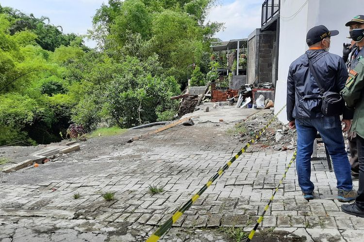 Kondisi longsor di Perum Sulfat Inside Kota Malang yang menyebabkan satu korban hilang, Selasa (19/1/2021).