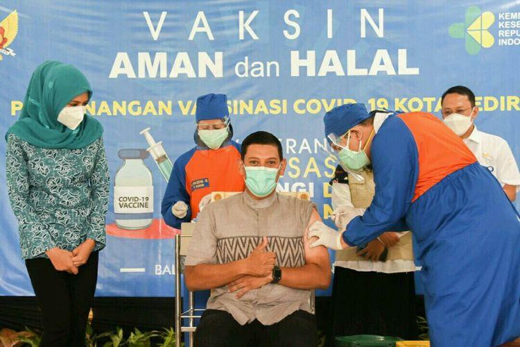 Wali Kota Kediri, Jawa Timur, Abdullah Abu Bakar mendapatkan suntikan vaksin Covid-19 di Balai Kota Kediri, Rabu (27/1/2021).