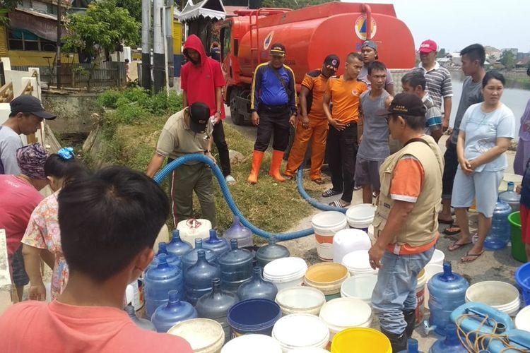 BPBD Padang salurkan 10.000 liter air bersih ke warga yang mengalami kekeringan, Sabtu (21/9/2019)