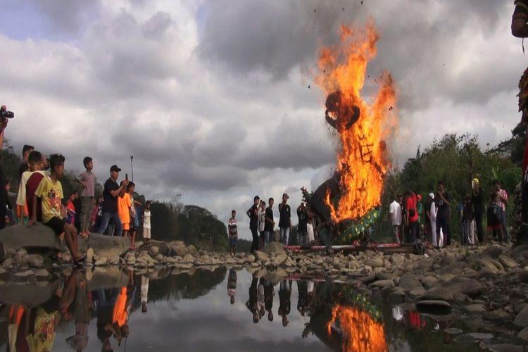 Warga menunjukkan kesiapan perlawanan terhadap hoaks dan ujaran kebencian ditandai dengan mengetapel ogoh-ogoh genderuwo lantas membakarnya. Warga melaksanakan prosesi ini di pinggir Sungai Progo, Kecamatan Sentolo, Kulon Progo.