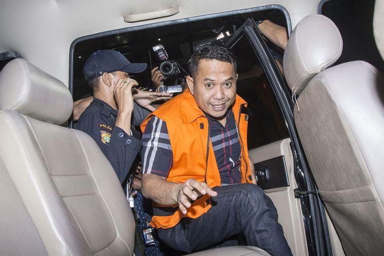 Wali Kota Cilegon Tubagus Iman Ariyadi menggunakan rompi tahanan masuk ke mobil tahanan seusai menjalani pemeriksaan di Gedung KPK, Jakarta, Minggu (24/9/2017). KPK menahan lima dari enam orang tersangka yang terjaring operasi tangkap tangan (OTT) termasuk Wali Kota Cilegon Iman Ariyadi atas dugaan suap Rp 1,5 miliar dari PT Brantas Abipraya dan PT Krakatau Industrial Estate Cilegon (KIEC) terkait izin pembangunan Transmart.
