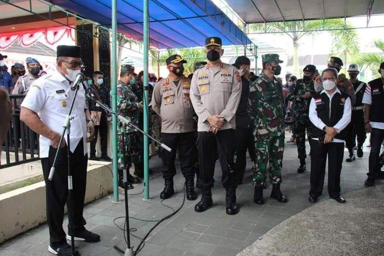 Gubernur Maluku, Murad Ismail menyampaikan sambutan dalam acara vaksinasi massal yang berlangsung di Tribun Lapangan Merdeka Ambon, Sabtu (26/6/2021)