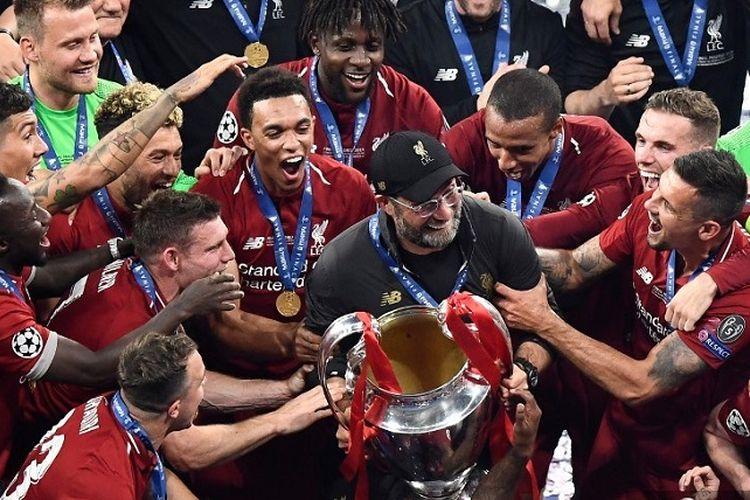 Manajer Liverpool asal Jerman Juergen Klopp merayakan trofi Liga Champions setelah memenangi pertandingan final antara Liverpool vs Tottenham Hotspur di Stadion Wanda Metropolitano di Madrid pada 1 Juni 2019.