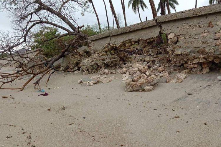 Talud sepanjang 400 meter dan enam rumah warga di Desa Desa Ilway Kecamatan Wetar Timur Kabupaten Maluku Barat Daya rusak parah setelah dihantam gelombang tinggi dan cuaca buruk, Rabu malam (8/9/2021)