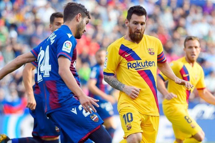 Lionel Messi membayang-bayangi Jose Campana pada pertandingan Levante vs Barcelona dalam lanjutan La Liga Spanyol di Ciutat de Valencia, 2 Oktober 2019.