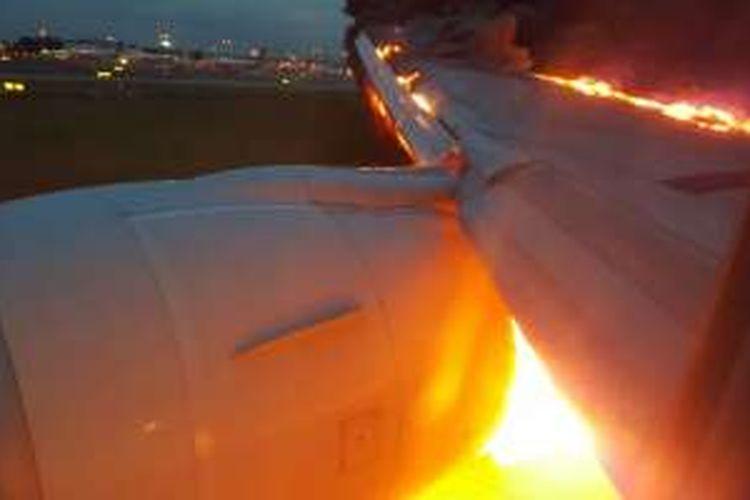 Sayap kanan B777 Singapore Airlines yang terbakar sesaat setelah mendarat darurat di bandara Changi, SIngapura karena kebocoran oli, Senin (27/6/2016) pagi.