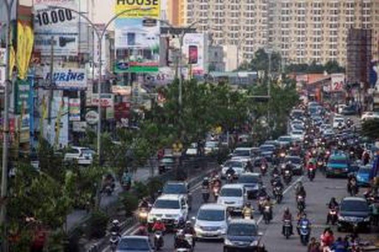 Jalan Raya Margonda, Depok, Jawa Barat, Kamis (10/10/2013). Jalan utama di kota ini tidak memiliki ruang hijau. Kondisi diperparah dengan kemacetan lalu lintas yang sering terjadi.