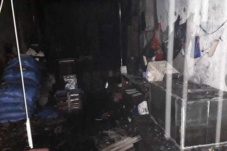 Bagian dalam gudang penyimpanan garam di Rawabebek yang hangus terbakar, Jumat (30/11/2018).