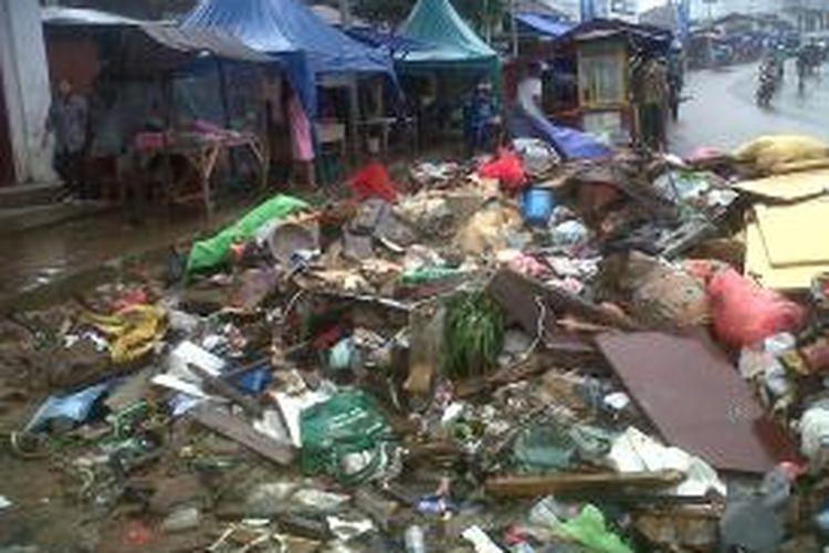 Tumpukan sampah pascabanjir masih terlihat di beberapa kawasan di Kota Ambon, Senin (5/8/2013)