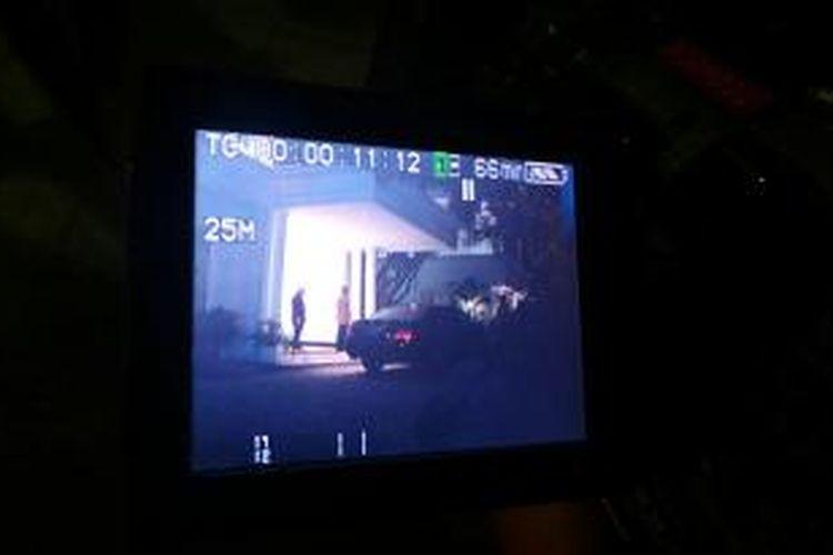 Hatta Rajasa (berbaju gelap, berdiri di belakang) tampak di teras rumah Surya Paloh, di Kawasan Permata Hijau, Jakarta, Senin (1/9/2014) malam. Mengetahui kehadiran wartawan, Hatta berbalik masuk kembali ke dalam rumah. Seorang juru kamera stasiun televisi swasta sempat merekam kehadiran Hatta di teras rumah itu.