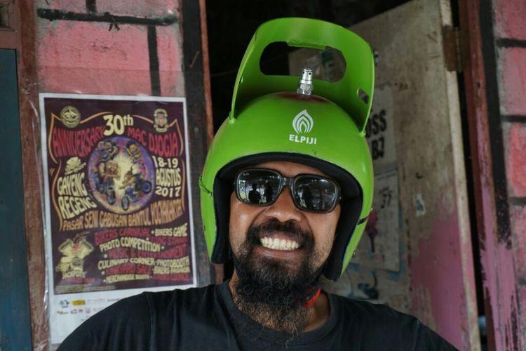 Agung Budi Triyono (40) pemilik Agungs Helm Retro menggunakan helm tabung gas melon 3 kg