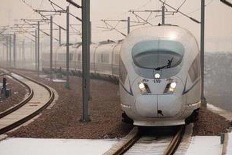 Sebuah kereta api cepat China memasuki stasiun Provinsi Hebei. Pekan depan China mengoperasikan rute kereta cepat Beijing-Guangzhou sejauh 2.298 km yang akan ditempuh dalam waktu haya delapan jam.
