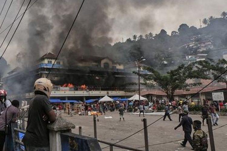 Pembakaran pasar Thumburuni di Fakfak, Papua Barat, sesudah unjuk rasa berubah menjadi kerusuhan yang meluas.