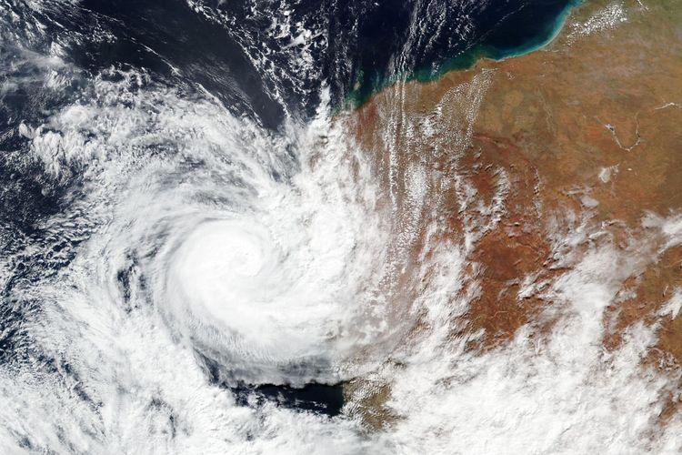 Foto tertanggal 11 April 2021 dari gambar satelis yang dirilis NASA, menunjukkan Siklon Seroja menerjang pantai barat Australia.
